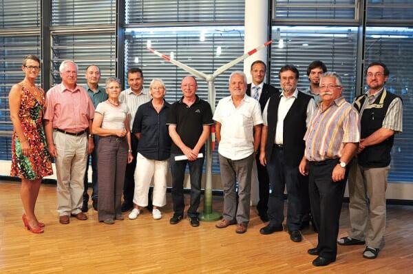Gruppenfoto des Vorstands und Aufsichtsrats der neu gegründeten Emmendinger Bürger-Energiegenossenschaft zusammen mit Elisabeth Strobel, Verbandsvorsitzende der BürgerEnergiegenossenschaften in Baden-Württemberg