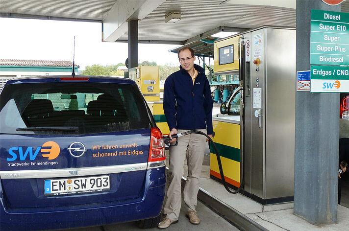 """Die Erdgaszapfsäule bei Tankhof Grün """"Am Elzdamm 48"""" in Emmendingen"""