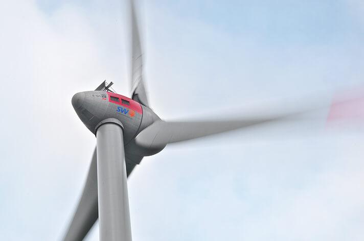 Gondel der Windkraftanlage und drehende Rotorblätter