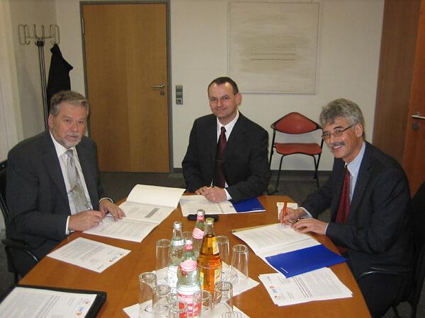 Karl-Heinz Wölfle, Leiter EnBW Regionalzentrum Rheinhausen, Riegels Bürgermeister Markus Jablonski und Karl-Heinrich Jung unterzeichnen die Verträge