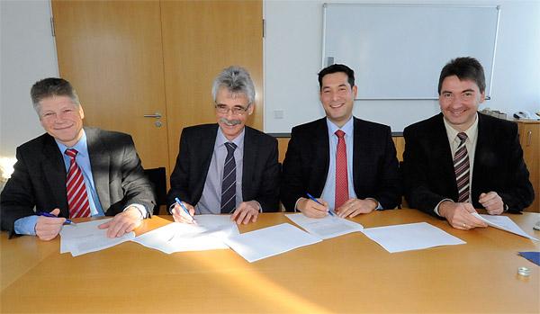 SWE-Geschäftsführer Gerd Hertle und Karl-Heinrich Jung sowie der Bürgermeister von Denzlingen Markus Hollemann unterschreiben den Gesellschaftsvertrag für die Energieversorgung Denzlingen GmbH & Co. Netz KG.