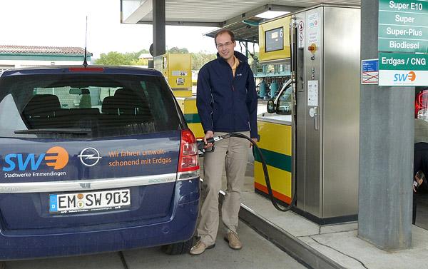 Ein Stadtwerke Mitarbeiter demonstriert den Tankvorgang an einer Tanksäule