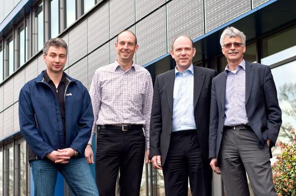 Die drei Bereichsleiter Jürgen Mendorf, Björn Michel und Thomas Schneider mit Geschäftsführer Karl-Heinrich Jung vor dem SWE-Gebäude