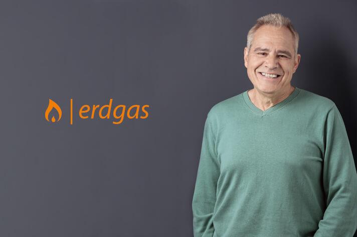 Werbegesicht für Ergas posiert vor dunklem Hintergrund