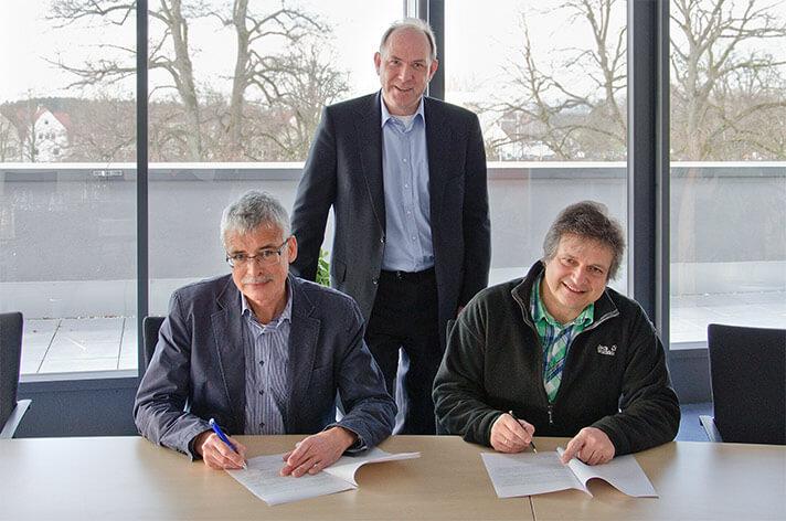 Markus Nübling aus dem Vorstand der Bürgerenergiegenossenschaft Denzlingen und Stadtwerke Geschäftsführer Karl-Heinrich Jung unterzeichnen die Verträge