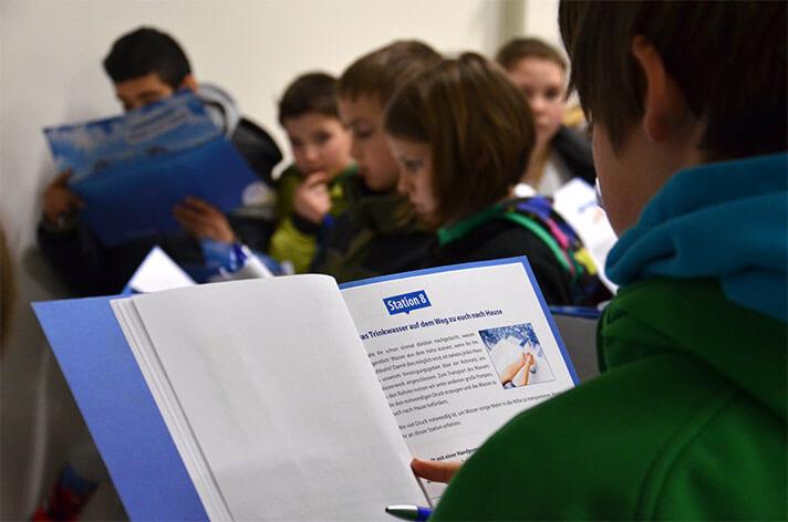 Schüler liest die Aktions-Mappe