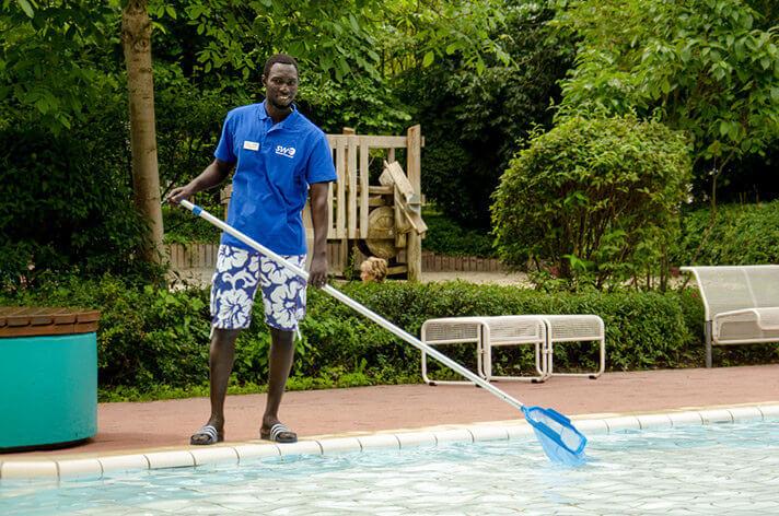 Verstärkung am Beckenrand:  Praktikant aus Gambia im Freibad über der Elz