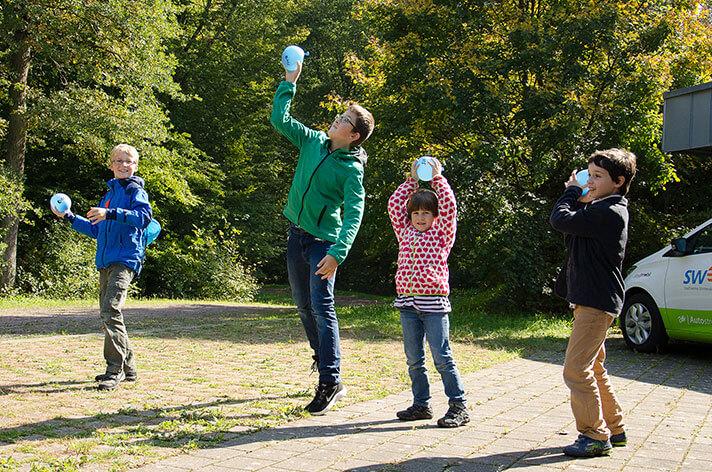 Ein Experiment zeigte wie die Emmendinger Hochbehälter zur Druckerzeugung genutzt werden. Die damit gefüllten Wasserbomben bereiteten den jungen Besuchern sichtlich Spaß.