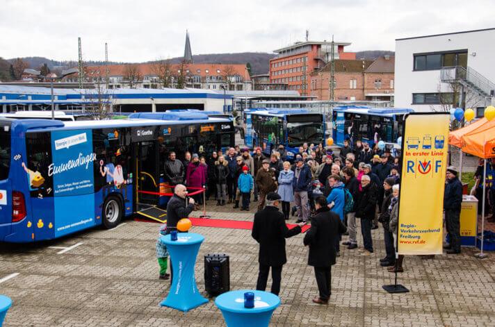 Feierlich aufgereiht und einen Tag später schon im Verkehrsbetrieb – die neue Stadtbus-Flotte.