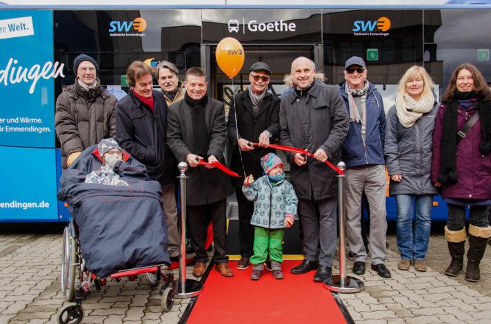 Frank Silzer (Leiter Fachbereich Verkehr und Verkauf der SWEG), Karl-Heinrich Jung (Geschäftsführer der Stadtwerke) und Oberbürgermeister Stefan Schlatterer durchschneiden das rote Band und übergeben die Stadtbusflotte in den Verkehrsbetrieb.