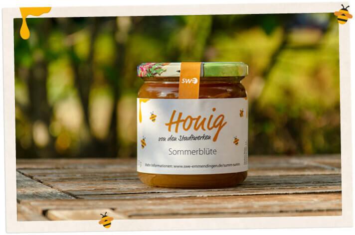 Ein Glas Stadtwerke-Honig auf einem Tisch