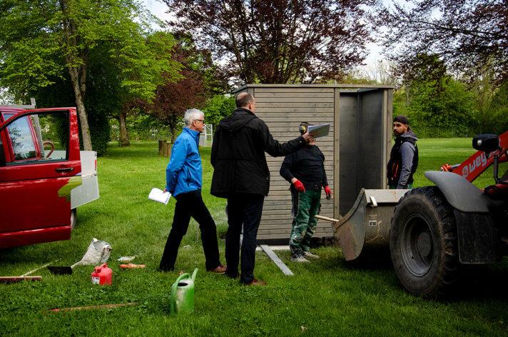 Karl-Heinrich Jung und Björn Michel begutachten die Installation der Umkleidekabine im Bereich der Liegefläche