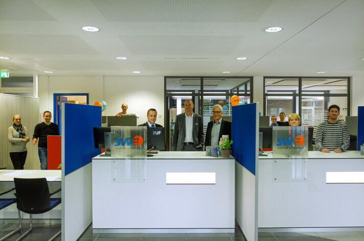 Stadtwerke Geschäftsführer Karl-Heinrich Jung, Björn Michel (Kaufmännischer Leiter) und Daniel Jödicke (Leiter Vertrieb und Energieservice) sowie das Kundencenter-Team, präsentieren das modernisierte Kundencenter