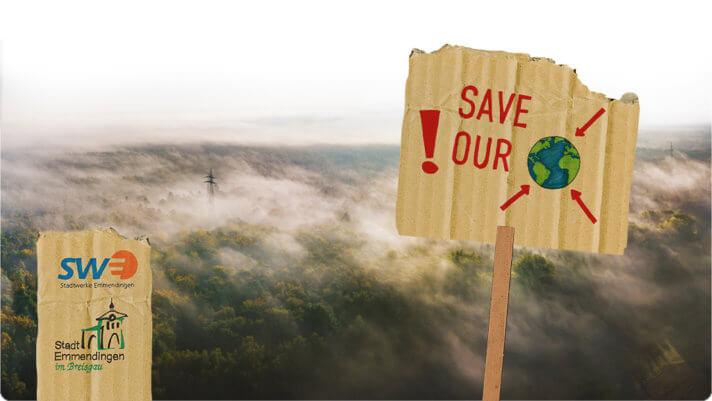 Demonstrations-Plakat mit dem Text:Save our world! Vor einem von Nebel bedecktem Wald.