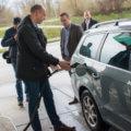 Stadtwerke Geschäftsführer Björn Michel demonstriert den Tankvorgang mit Bio-Methan vor der Tanksäule