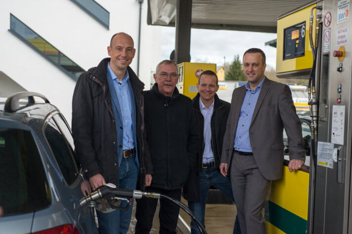 Stadtwerke-Chef Björn Michel, Tankhof-Chef Karl-Otto Rieth, Felix Danberg (Leiter Marketing Tankhof Grün) und Stadtwerke-Vertriebsleiter Daniel Jödicke stellen den neuen Bio-Kraftstoff für Erdgasfahrzeuge vor.