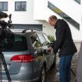 Stadtwerke Geschäftsführer Björn Michel beim Tankvorgang