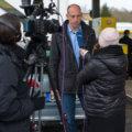 Stadtwerke Geschäftsführer Björn Michel steht vor der Kamera im Interview
