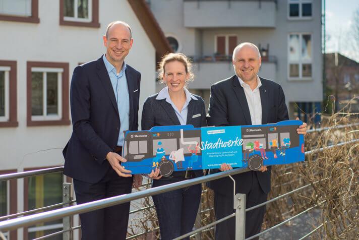 Stadtwerke-Chef Björn Michel, Dr. Barbara Degenhardt (Abteilungsleiterin Umwelt, Klima, Verkehr der Stadt Emmendingen) und Oberbürgermeister Stefan Schlatterer präsentieren die Pläne für den Fahrplanwechsel im Juni 2020.