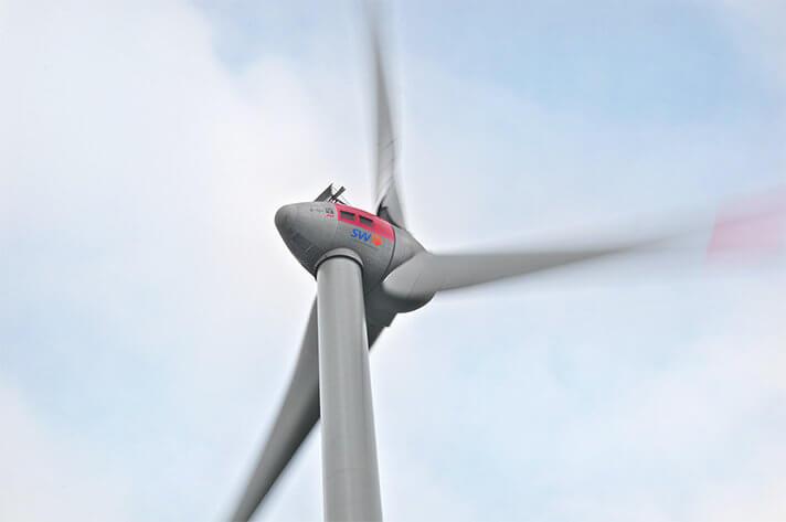 Gondel der Winfkraftanlage. Rotorblätter drehen sich schnell im Wind.