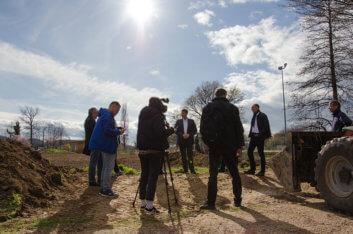 Beteiligte werden von der Presse interviewt