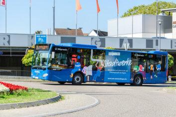 Emmendinger Stadtbus fährt in einen Kreisverkehr ein