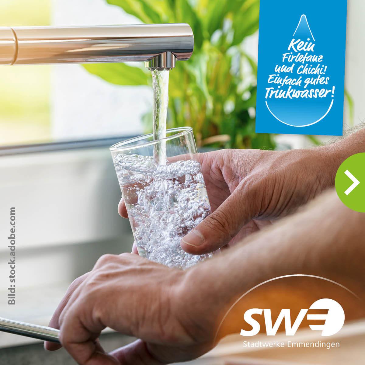 Wasserglas welches unter Wasserhahn befüllt wird.
