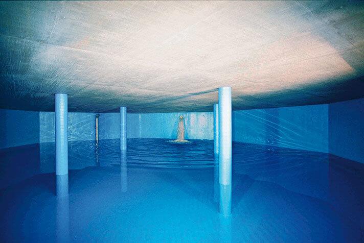 Innenbereich eines Wasserspeichers, welcher gerade mit Wasser befüllt wird.