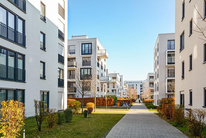 Ein Fußgängerweg führt durch eine Wohnungssiedlung