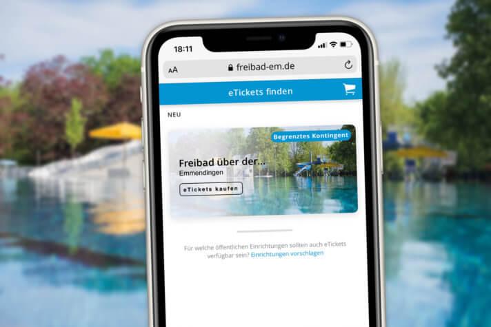 Smartphone mit dem neuen Ticketshop des Freibades