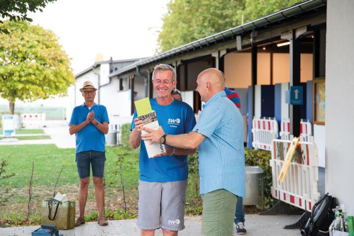 Oberbürgermeister Stefan Schlatterer übergibt Hartmut Bührer ein Abschiedsgeschenk