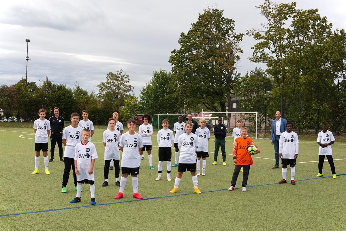 Stadtwerke-björn Michel auf dem Mannschaftsfoto der C-Junioren in den neuen Trikots
