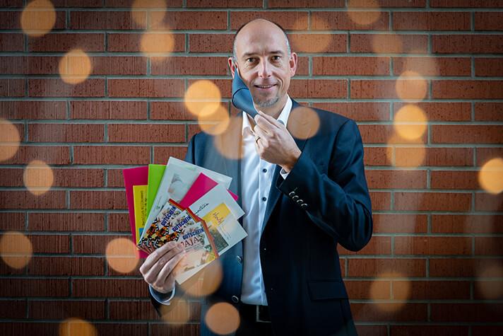 Stadtwerke-Chef Björn Michel präsentiert die Gutscheine im Wert von 2.500 Euro.