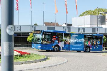 Emmendinger Stadtbus fährt in den Kreisverkehr ein.