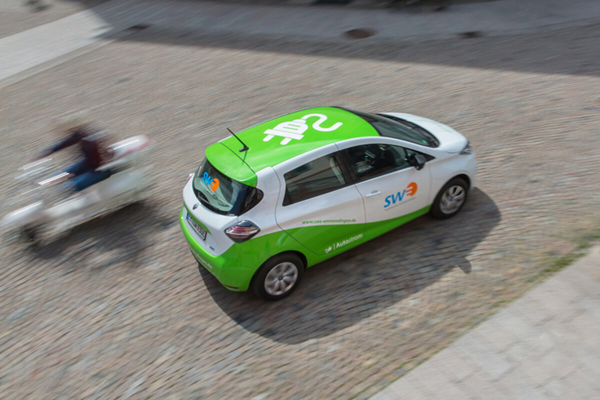 Elektrofahrzeug fährt durch die Innenstadt